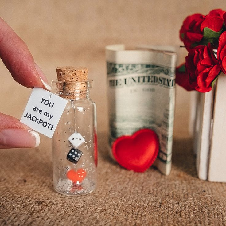 Gepersonaliseerde gift voor vriendin vriendje Tiny cadeau Tiny Love cards wenskaarten liefde bericht in een fles grappige liefde Valentijn kaart door KseniyaRevta op Etsy https://www.etsy.com/nl/listing/279696244/gepersonaliseerde-gift-voor-vriendin