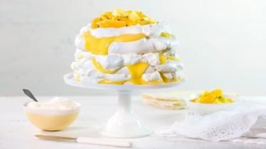 Oppskrift på trelags pavlova med krem og lemon curd, foto: