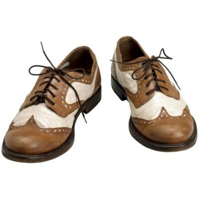 Cómo colocar los cordones en unos zapatos con punta de ala | eHow en Español
