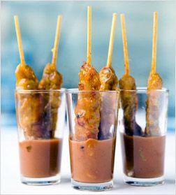 Leuk geserveerd, stokje sate met satesaus in een glas