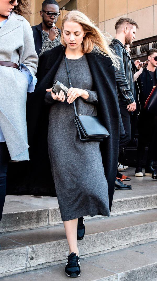 Street style look com vestido midi cinza, tenis preto e  maxi casaco.