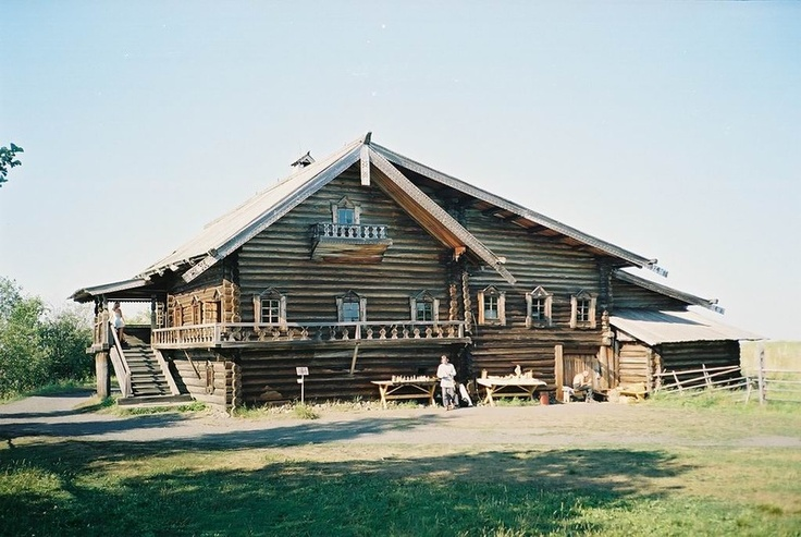 House of Yelizarov transported to Kizhi in 1961. Before that he was in the village Seredka, not far to the south of the island of Kizhi. Area of the house of  Yelizarov less than Oshevnev home. This is due to the fact that the house belonged to a peasant family of moderate means. The house was built in 1880. It is one-story, it fewer residential and business premises, easier, and decorative furniture. The most elegant part of the house of  Elizarov  is porch facing the lake Onega.