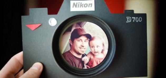 Marco de cartulina con forma de cámara de fotos para regalar el Día del Padre