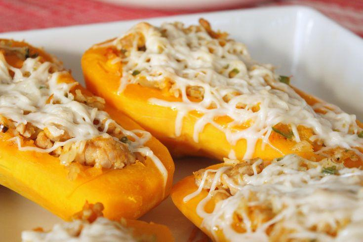 Het mooiste aan de herfst: POMPOEN. Heerlijk recept voor gevulde flespompoen. Het pittige van de peper gaat heel goed samen met het zoete van de pompoen.