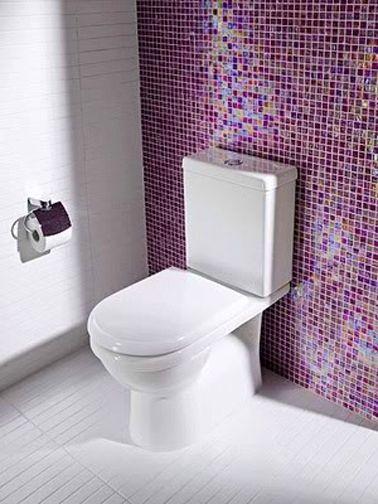 Une idée simple et sympa pour refaire la déco de WC blanc, poser du carrelage adhésif sur le mur de la cuvette WC pour apporter de la couleur