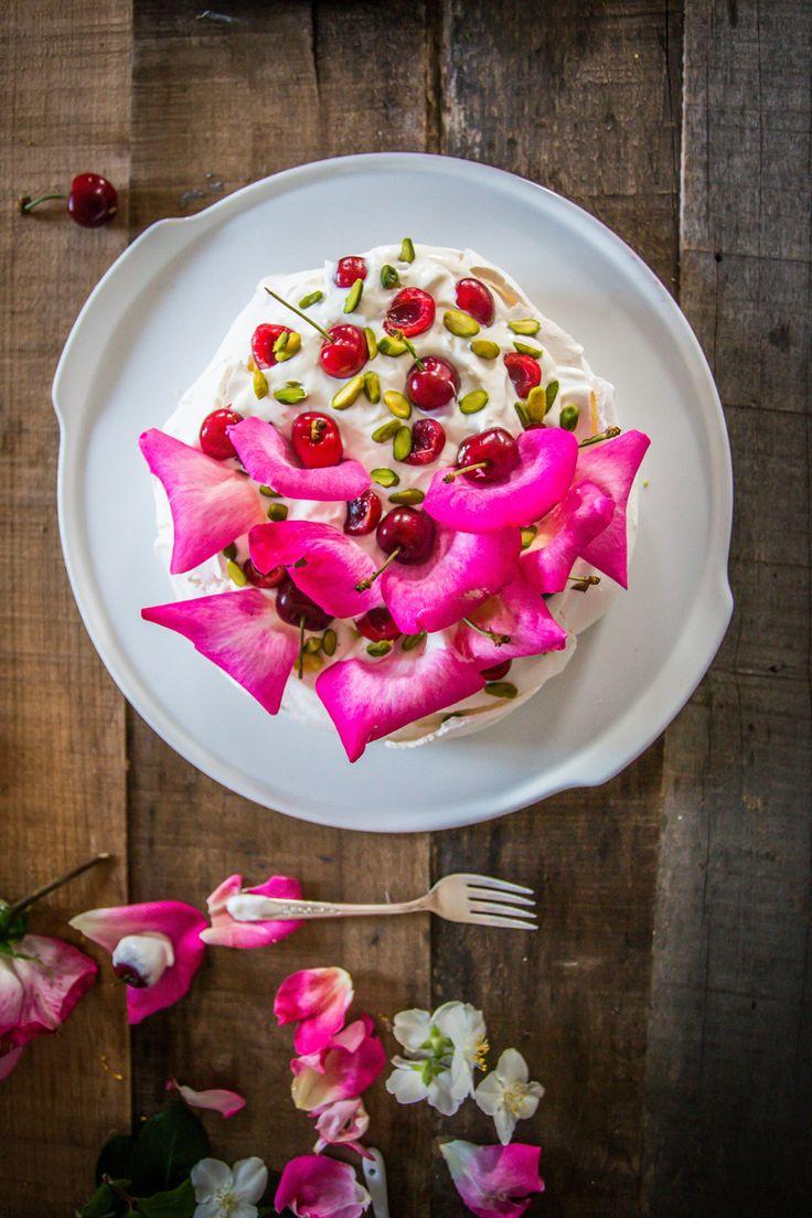Pavlova alla crema di cocco e acqua di rose. Un magico abbinamento che associa le morbide rotondità del cocco e del mascarpone alla freschezza della rosa e della ciliegia. Che primavera sia!