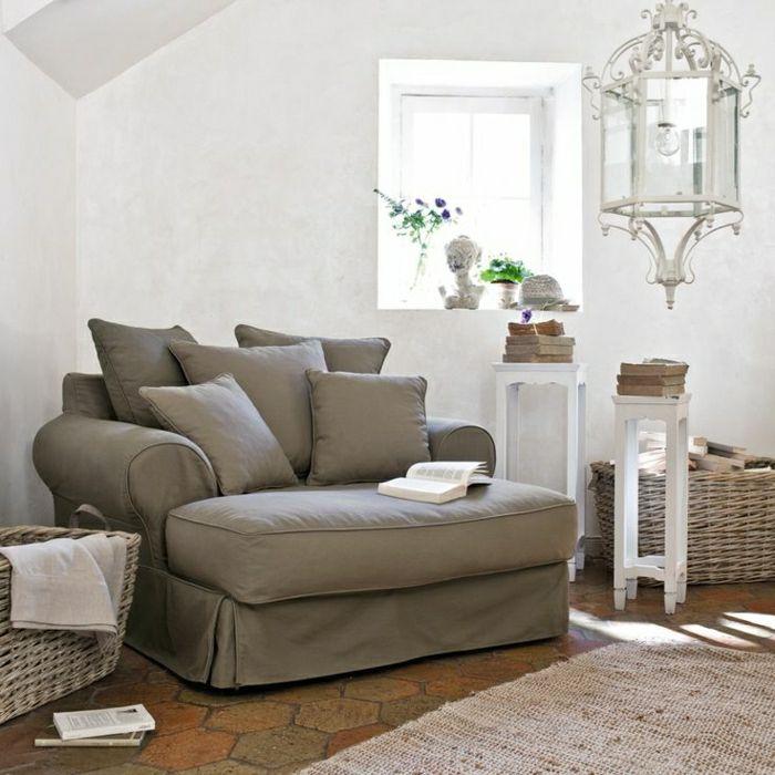 canapé taupe, coussins taupes, salon moderne, plafond mansardé, salon avec murs blancs