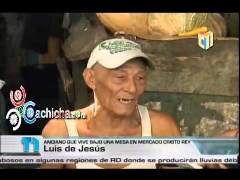 Pareja De Ancianos Que Viven De Bajo De Una Mesa En El Mercado Cristo Rey #Telenoticia #Video - Cachicha.com
