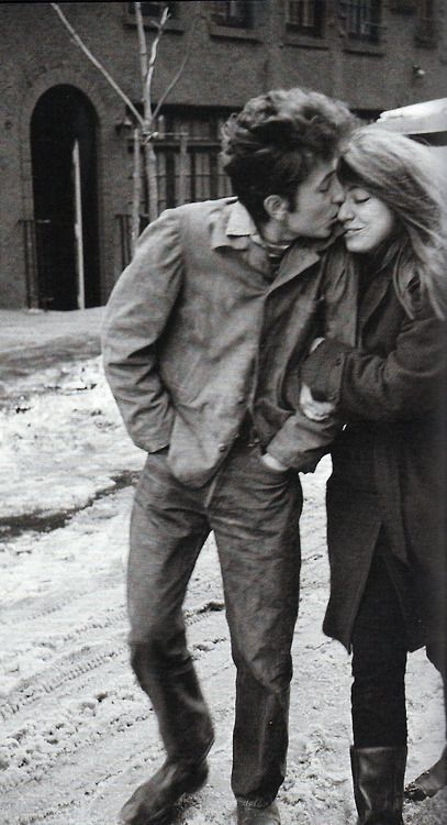 "The kiss - ""The Freewheelin' Bob Dylan"", by Don Hunstein http://oigofotos.wordpress.com/2013/08/16/una-de-las-mas-bellas-y-romanticas-portadas-de-disco-the-freewheelin-bob-dylan-por-jesus-ordovas/"