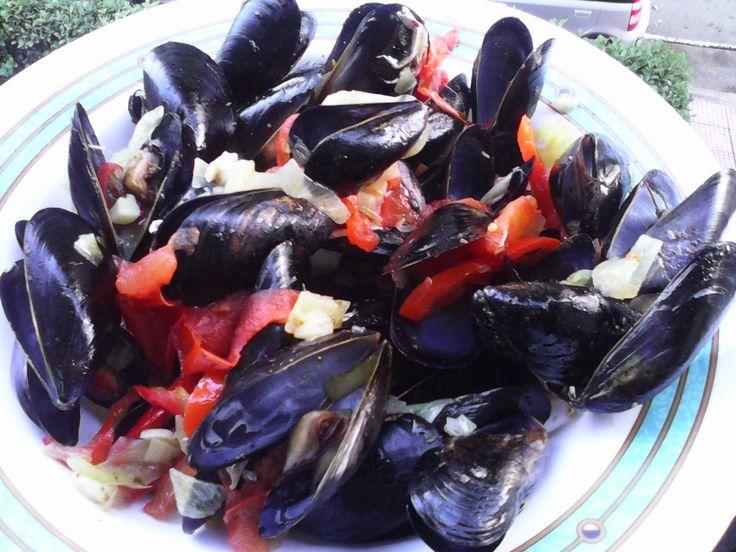 Μύδια αχνιστά! http://naleipeitovisino.blogspot.gr/2013/03/blog-post_31.html