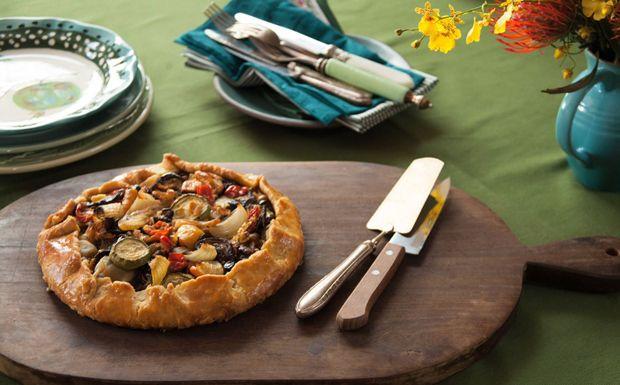 Torta rústica de ratatouille da Rita Lobo Receita vegetariana com mix de legumes e massa crocante é uma delícia.