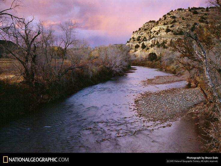 Al sorgere del sole avevano ripreso la marcia, girando al largo dalla cittadina di Las Vegas, verso il fiume Pecos. Sulla pista c'era un ponte, ma Shenandoah si era rifiutata di attraversarlo. Avevano risalito il corso per un paio di miglia prima di accamparsi per la loro seconda notte da fuggiasche. «Avremmo dovuto prendere armi» disse Kerry mentre facevano colazione con una poltiglia di granturco cotto in acqua. «Abbiamo il coltello e l'arco di Shenandoah» rispose l'indiana.