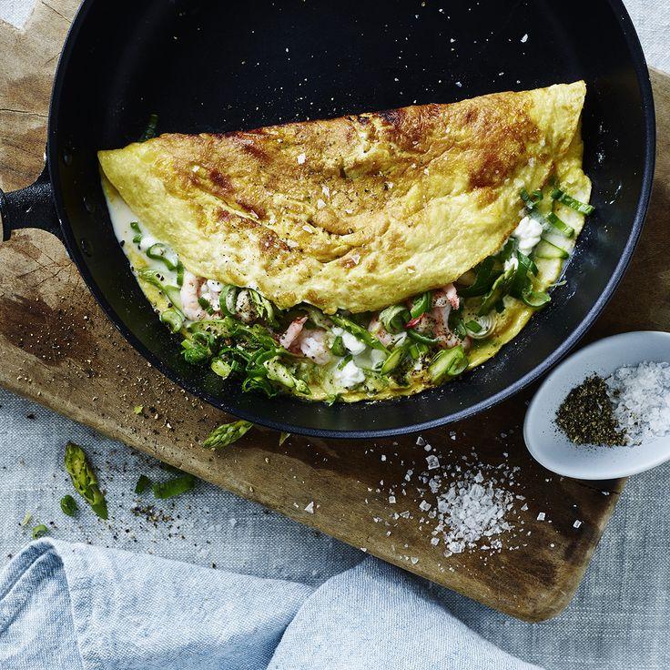 Omelet med hytteost, rejer, forårsløg og asparges   Meny.dk