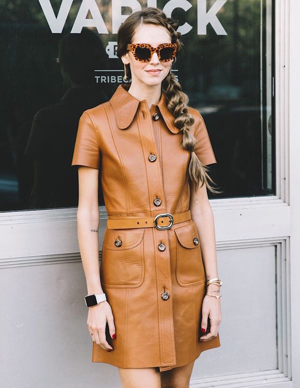 Chiara Ferragni com vestido de couro marrom.