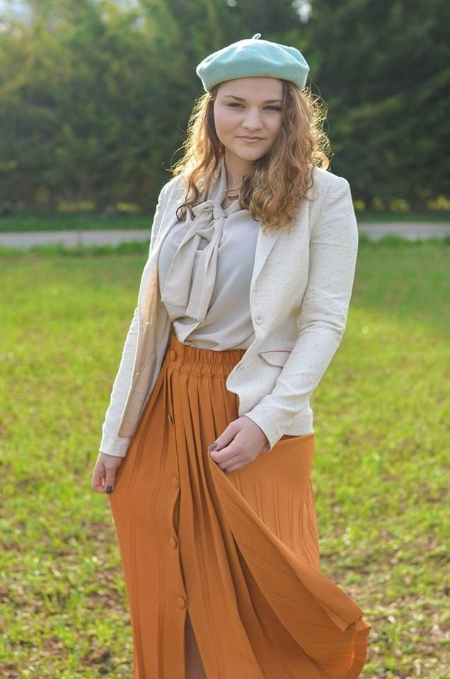 Look vintage et romantique shooté en Charente pour la friperie en ligne Capharnaüm avec Elodie Flagey. Elle porte un total look rétro Capharnaüm, disponible sur la friperie. Jupe plissée, béret, bleu et orange sont au rendez vous