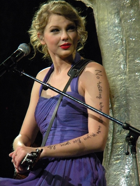 Taylor Swift writes on her arm because she HATES tattoos so she does this instead! And this is in the Speak Now tour 2011-2012 ( her 2 tour)