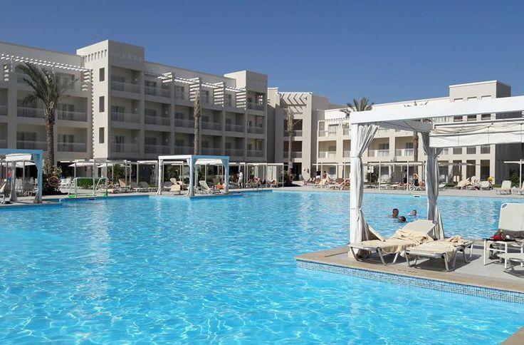 Je leest het goed: 50 waterglijbanen! Plus een golfslagbad, rustig aquapark voor de mini's en een lazy river. SPLASHWORLD Jaz Makadi Aquaviva in Makadi Bay is fonkelnagelnieuw. De poorten van dit topresort gingen open in mei 2015. Wil je een superdeluxe vakantie in Egypte met waanzinnig veel waterpret en heerlijk eten? Mooier, beter en kindvriendelijker dan dit gaat het niet worden. Bovendien liggen de kamers slim verspreid, zodat je ook met zijn tweeën hier een heel relaxte vakantie hebt.