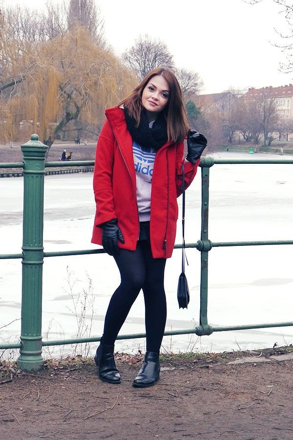 Look saia preta, moletom Adidas Originals, casaco vermelho, Berlim, neve, inverno.