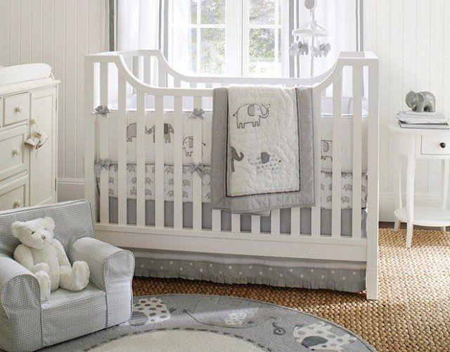 un tapis rond en gris clair et une belle literie à motifs d'éléphants