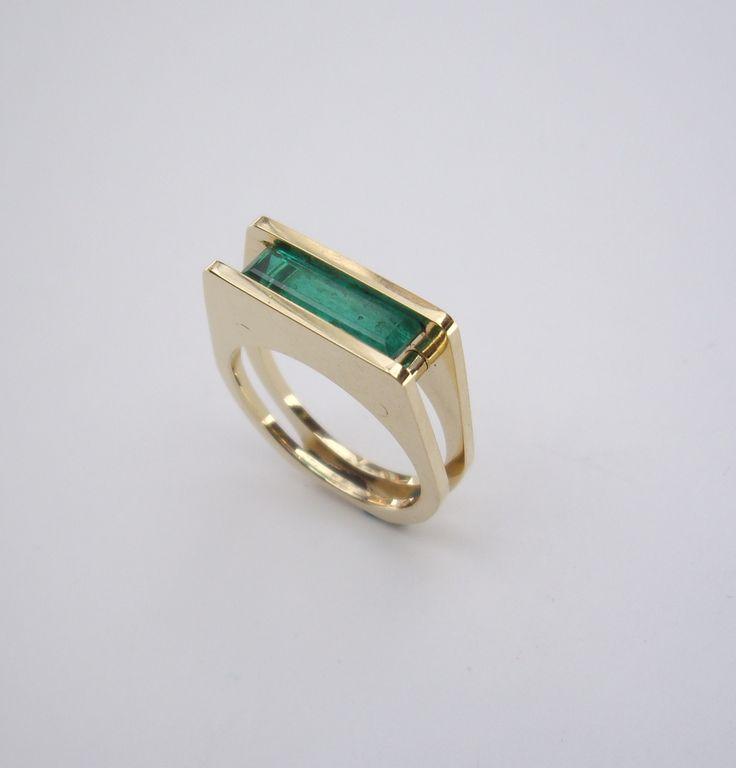 Hermoso anillo de diseño en oro amarillo y esmeralda  Una piedra con estilo y elegancia es sin duda alguna la Esmeralda, su fuerza y su color verde le otorga su positividad. Un regalo que significa el amor sincero, la felicidad. Ten en cuenta que es una pieza enfocada a una mujer madura y segura  @JOYAS MARCEL #hechoamano