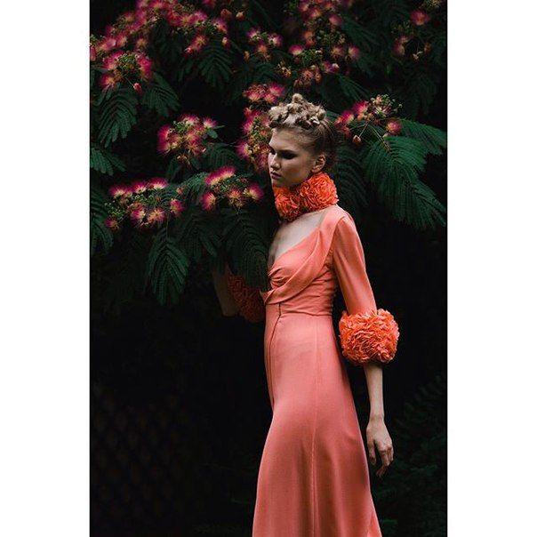 Съемочный день в шоу-руме Ulyana Sergeenko Couture в саду особняка Mona Bismarck American Center в Париже.