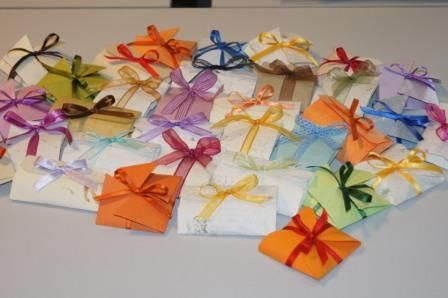 Gli origami hanno 4 diverse forme e un unico testo al quale viene aggiunto il nome dell'evento (battesimo, comunione, cresima, laurea o matrimonio).