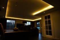 De koof, die speciaal gerealiseerd is voor LED verlichting, creëert in de woonkamer een fantastische sfeer. De LED verlichting in dit woonhuis is energiezuinig en creëert tegelijkertijd een zeer aangename omgeving. Voor de koof in de woonkamer zijn onze LED strips geplaatst met een IP-waarde van 65, deze zijn stofbestendig. In de badkamer zijn LED strips geplaatst die speciaal geproduceerd zijn voor een vochtige omgeving. www.ledsko.nl