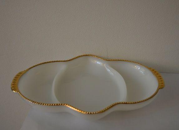 Pyrex fat fra Fire King i hvitt med gulldetaljer