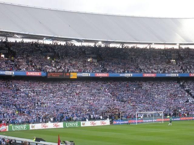De Friese aanhang tijdens de bekerwinst in 2009. Wat. Een. Beeld! sc Heerenveen!