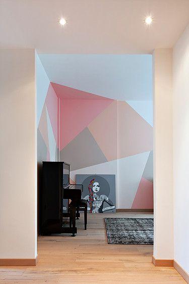 salon, peinture graphique sur les murs. dessins geometriques, triangles. roses wallpainting