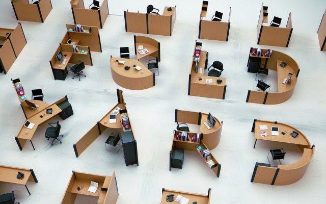 Des bureaux design en forme de lettres pour réviser son alphabet au boulot