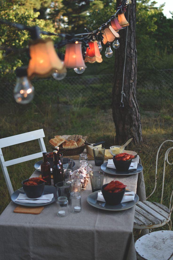 Dukning till kräftskiva med dekorationer och ljusslingor. Swedish crayfish party @helenalyth
