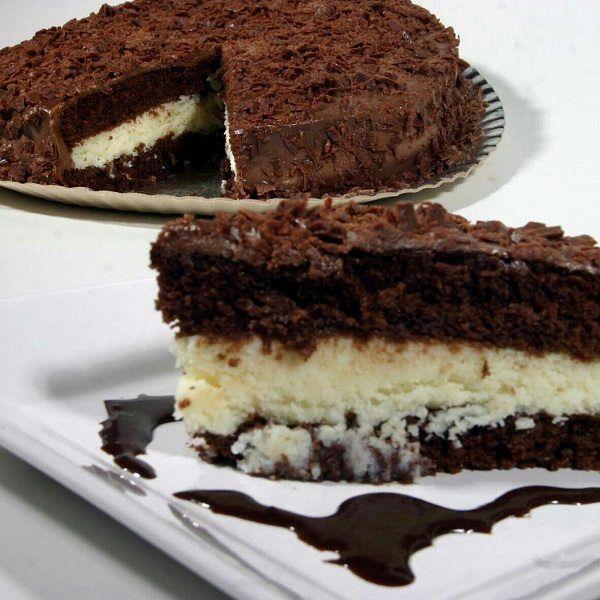 A Receita de Bolo Prestígio Simples é deliciosa e vai fazer o maior sucesso. A massa do bolo é leve e saborosa, o recheio prestígio é simplesmente incrível