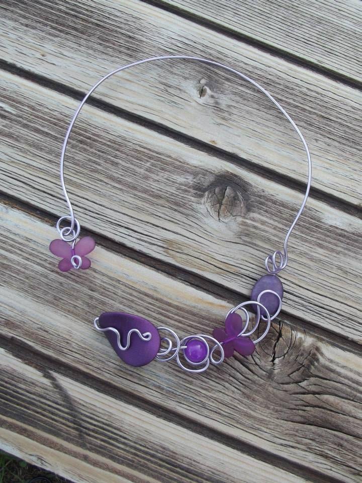Collier n°057  En aluminium de couleur lilas et ses perles de couleurs violet  Retrouvez ce modéle sur ma page facebook : https://www.facebook.com/olivia.creation.5
