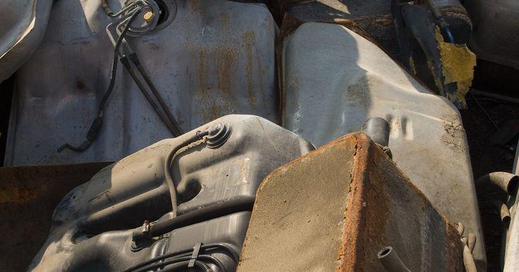 Cómo remendar el tanque de gasolina de un automóvil. Los hoyos en los tanques de gasolina pueden causar una fuga de combustible mientras manejas, además de ser muy peligrosos. Con los precios del combustible que no muestran signos de bajar en el futuro cercano, solo tiene sentido reparar cualquier agujero en tu tanque. Localizar uno solo requiere inclinar el tanque hasta que puedas ver el ...