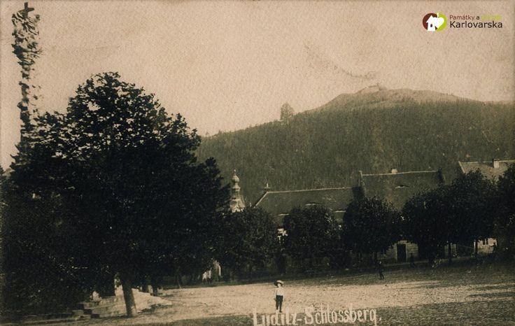 Žlutice - hrad Nevděk   zříceniny hradu Nevděk na Zámeckém vrchu nad Žluticemi na historické pohlednici z počátku 20. století