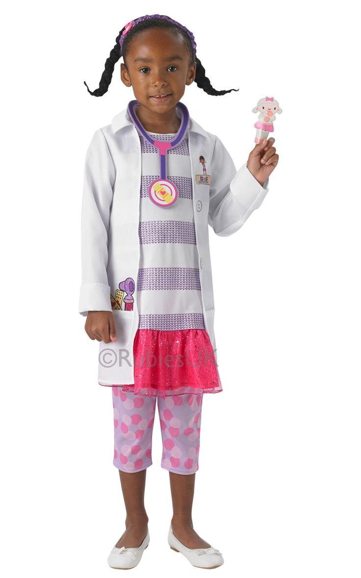 Fin maskeraddräkt av populära Doktor McStuffins. Dräkten inkluderar en dräkt med fastsydd jacka, ett par leggins, ett teleskop av foam material och en söt fingerdocka.
