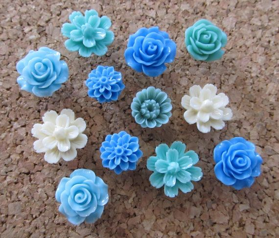 Set of 12 pretty assorted flower thumbtacks, perfect for beautifying your office or kitchen corkboard! Colors are shades of blue in multiple flower