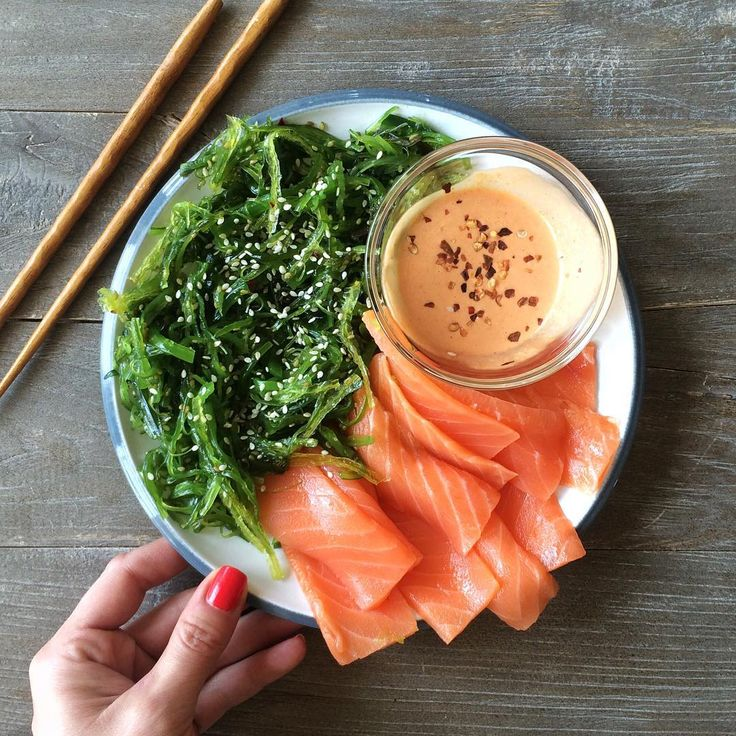 Store-bought salmon sashimi with seaweed salad and a quick & easy spicy mayo.