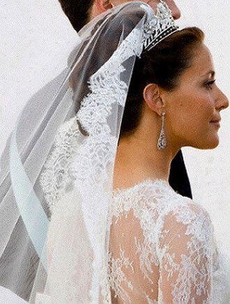 トップにボリュームを作るマリアベールを引っ掛ける、デンマーク王妃スタイル☆ ティアラを使った花嫁の上品な髪型