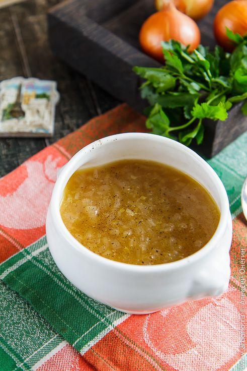 """Рецепт лукового супа, приготовление которого """"с нуля"""" займет полчаса с хвостиком. Сладкий, насыщенный вкус, идеальная консистенция, и все это настолько просто!"""