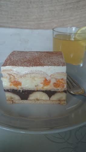 Famózní nepečené ovocné řezy  250 gmáslových sušenek (BB sušenky) 5-6banánů 1 litrmléka 2 bal.čokoládové pudinky 2 bal.vanilkové pudinky 250 gjemného tvarohu 8 lžickrystalového cukru 2 bal.vanilkového cukru 500 mlšlehačky (smetany ke šlehání 30-33%) 2 lžícemoučkového cukru 1 kelímekzakysané smetany skořice na posypání dětské kulaté piškoty mandarinkový kompot