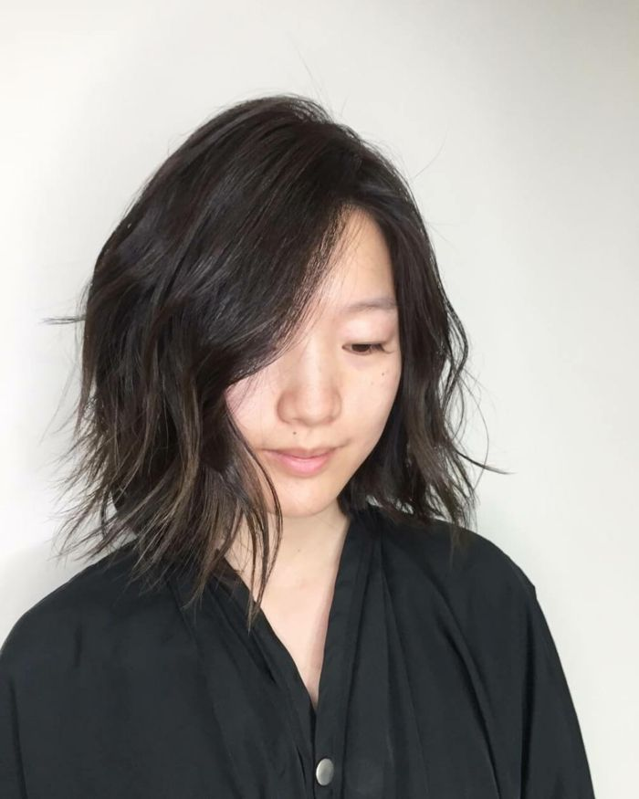 melenas cortas mujer asiatica con pelo corto estilo bob raya ladeada