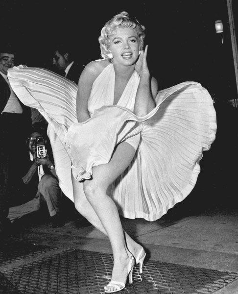 Marilyn Monroe posa durante as filmagens de uma das cenas mais famosas da história do cinema, sobre o respirador do metrô de Nova York na comédia 'O pecado mora ao lado' (1955), de Billy Wilder.