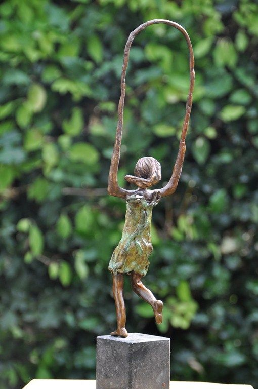 'Meisje met springtouw' www.leveninbrons.nl