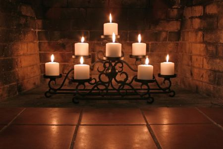 How to decorate an empty fireplace: Candles