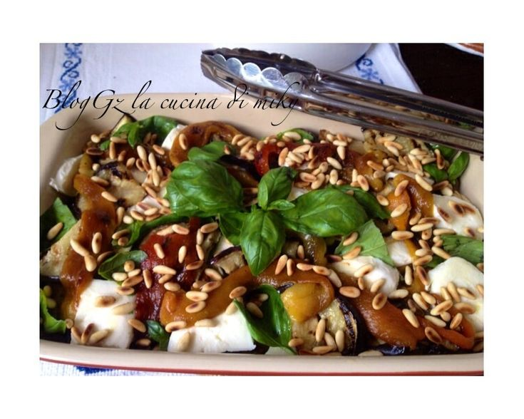 L'insalata estiva di verdure e mozzarella è un'idea appetitosa e stuzzicante per preparare un buon antipasto o contorno che vi sorprenderà per la sua bontà!