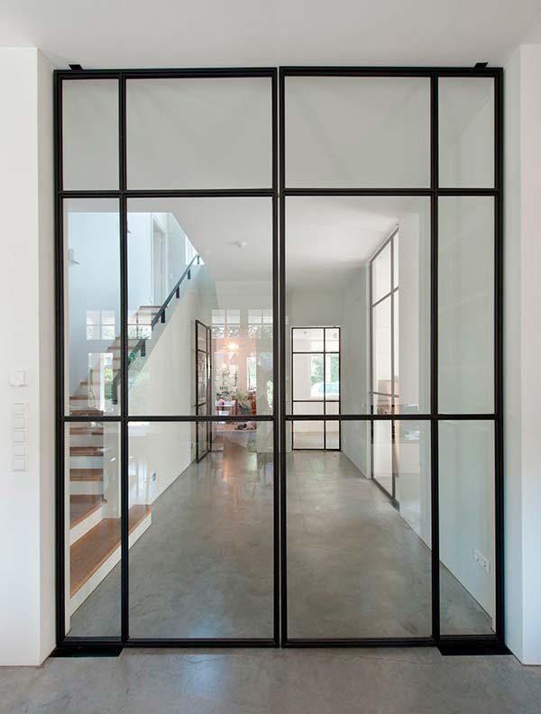 puertas de cristal y hierro con estilo industrial perfectas para ampliar el espacio separar