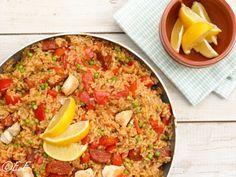 Spaanse paella met kip en chorizo