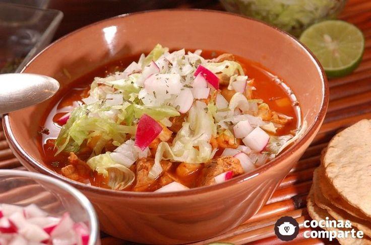 Un tradicional pozole del estado de Jalisco preparado con carne de puerco.